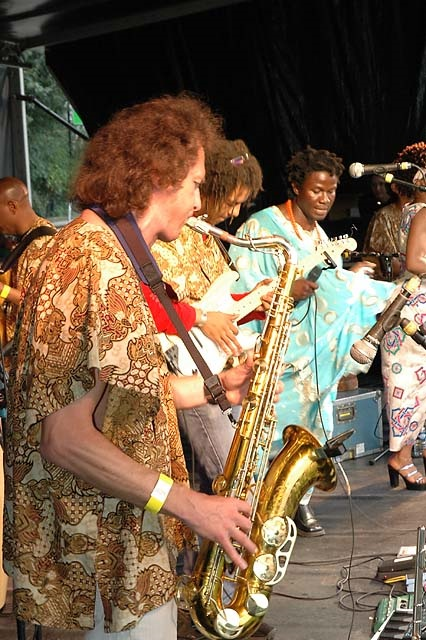 Owie band op podium African Festival Delft