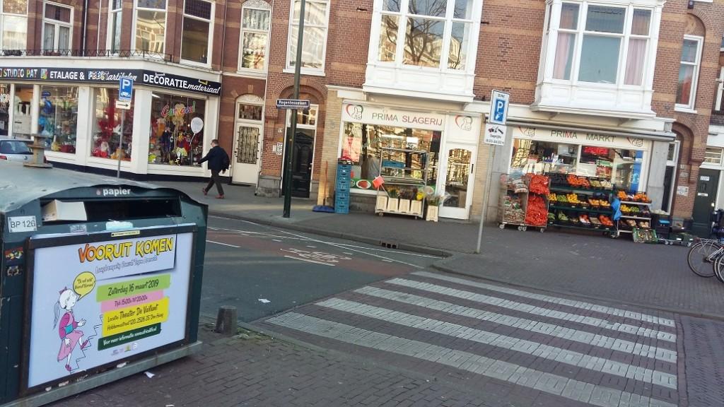 Vooruit Komen reclame op glas-papierbakken in de stad